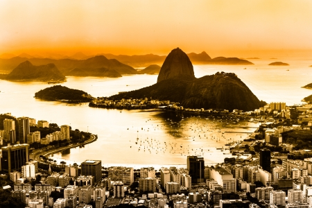 de: Rio de Janeiro, Brazil. Suggar Loaf and  Botafogo beach viewed from Corcovado at sunset.