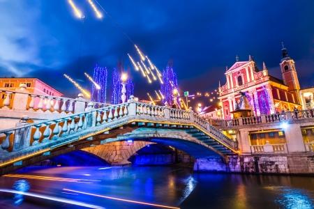 illumination: Centro de Liubliana rom�ntica decorada para Navidad. R�o Ljubljanica, Puente Triple (Tromostovje) y Preseren del cuadrado, Ljubljana, Eslovenia, Europa.