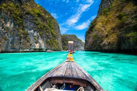 voyage: Bateau traditionnel en bois dans une image baie tropicale parfaite sur Koh Phi Phi, en Thaïlande, en Asie. Banque d'images