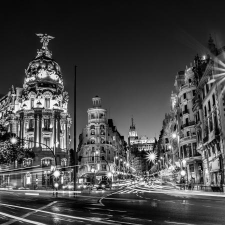 グランビア通り、マドリードの夜スペイン、ヨーロッパの主要ショッピング街の交通信号の光線