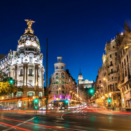 Los rayos de las luces de tr?fico en la Gran V?a, principal calle comercial de Madrid por la noche. Espa?a, Europa.