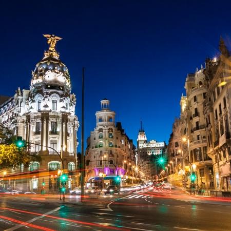 Stralen van verkeerslichten aan de Gran Via, de belangrijkste winkelstraat in Madrid 's nachts. Spanje, Europa.