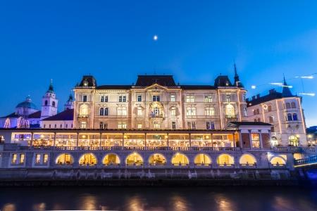 central market: Ljubljana, Eslovenia, Europa - R�o Ljubljanica y del mercado central, en el crep�sculo. Foto de archivo