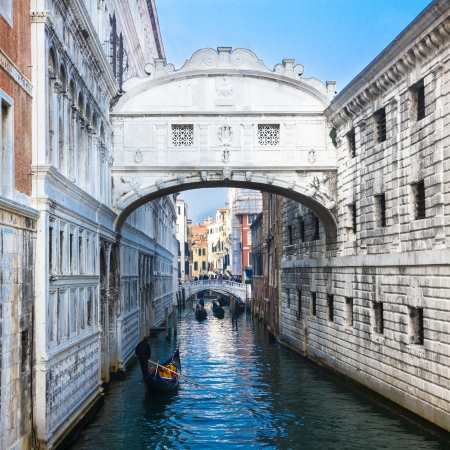 dei: Gondolas passing under the Bridge of Sighs - Ponte dei Sospiri.