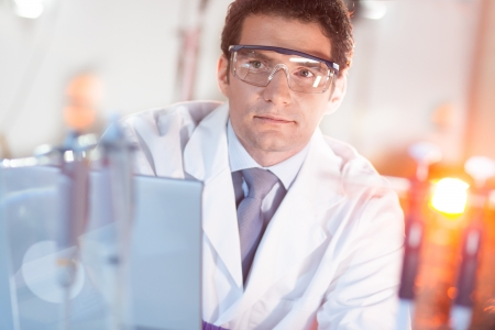 laboratorio dental: Retrato de un seguro t�cnico de la nanotecnolog�a en su entorno de trabajo.
