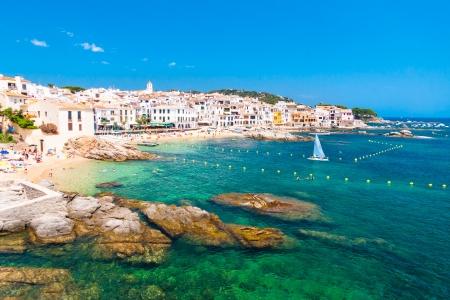 カレーリャ デ パラフリュージェル、伝統的な白塗りの漁師村と人気のある旅行、コスタ ・ ブラバ、カタルーニャ、スペインの休日の行先。 写真素材 - 21135988