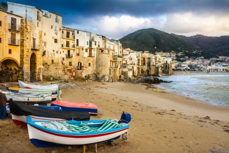 sycylijski: Stary, średniowieczny Cefalu miasto i gmina we Włoszech, w prowincji Palermo, znajduje się na północnym wybrzeżu Sycylii, we Włoszech nad Morzem Tyrreńskim. Miasto jest jedną z głównych atrakcji turystycznych w regionie. Strzał po letniej burzy. Zdjęcie Seryjne