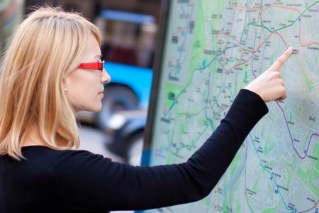 parada de autobus: Mujer orientar a s? misma en el mapa de transporte p?blico.