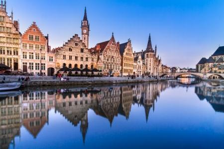 """Pittoreske middeleeuwse gebouwen met uitzicht op de """"Graslei haven"""" op Leie in de stad Gent, België, Europa. Stockfoto"""
