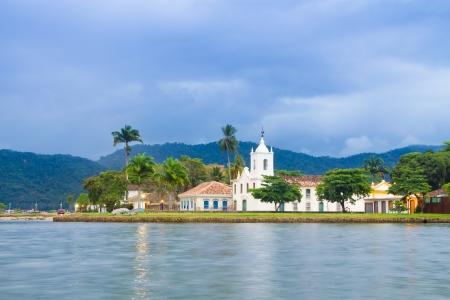 Paraty (oder Parati) ist eine erhaltene portugiesische Kolonial (1500-1822) und der brasilianische Imperial (1822-1889) in der Stadt. Es liegt an der Costa Verde (Grüne Küste), einer üppigen, grünen Küste, die sich entlang der Küste des Bundesstaates Rio de Janeiro läuft, in Brasilien, so Standard-Bild - 25022902