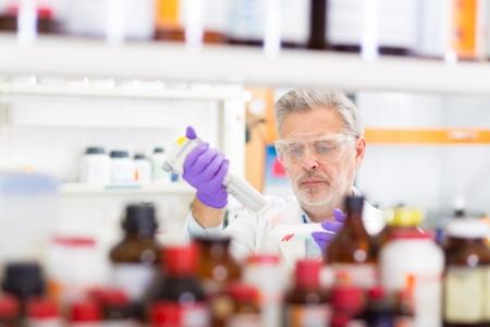 seres vivos: Cient�fico vida investigando en el laboratorio. Las ciencias de la vida comprenden campos de la ciencia que implican el estudio cient�fico de los organismos vivos, tales como microorganismos, plantas, animales y seres humanos, as� como consideraciones relacionadas como la bio�tica. Foto de archivo