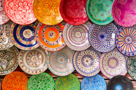 手作りの伝統的なアラビア語、カラフルな装飾が施されたプレート マラケシュ、モロッコ、アフリカの市場で撮影します。