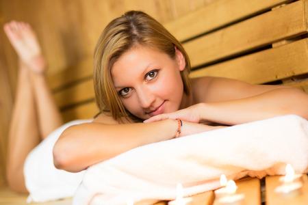 ser humano: Se�ora hermosa joven de relax en la sauna finlandesa de madera tradicional.