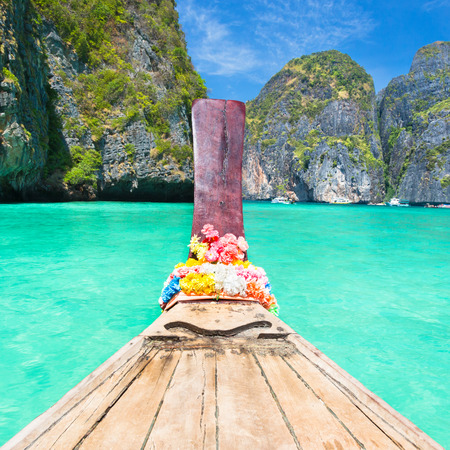 papel tapiz turquesa: Barco de madera tradicional en una bahía tropical Maya imagen perfecta en Koh Phi Phi Le Island, Tailandia, Asia. Foto de archivo