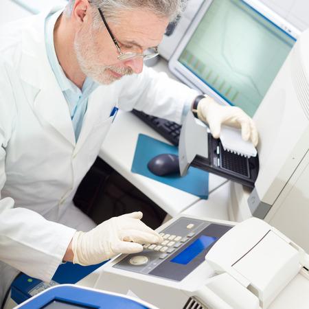 investigador cientifico: Vida investigador cient�fico la realizaci�n de una prueba de genotipado que permite a la medicina personalizada. PM es un modelo m�dico que propone la personalizaci�n de la asistencia sanitaria.
