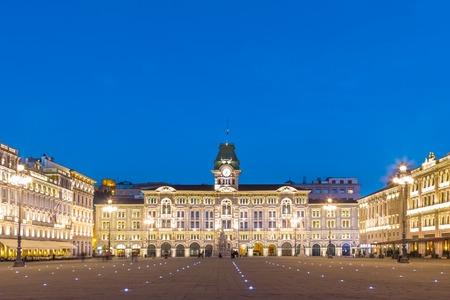 ジュス、市役所は、トリエステのメイン広場広場 dell Unita d イタリア支配の建物です。トリエステ, イタリア, ヨーロッパ。照らされた都市正方形は