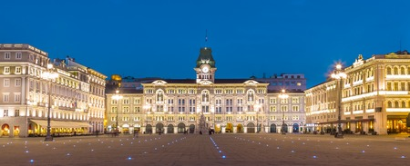 italien: The City Hall, Palazzo del Municipio, is the dominating building on Triestes main square Piazza dell Unita d Italia. Trieste, Italy, Europe. Illuminated city square shot at dusk.