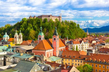 Panorama van de Sloveense hoofdstad Ljubljana bij zonsondergang.