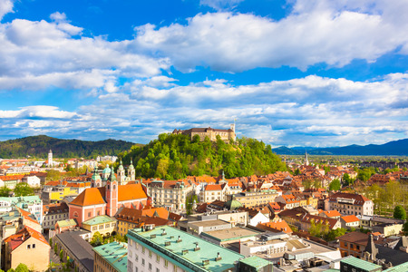 午後の日差しで活気のあるスロベニア語首都リュブリャナのパノラマ