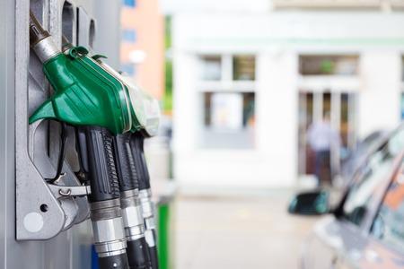 tanque de combustible: Detalle de un surtidor de gasolina en una gasolinera