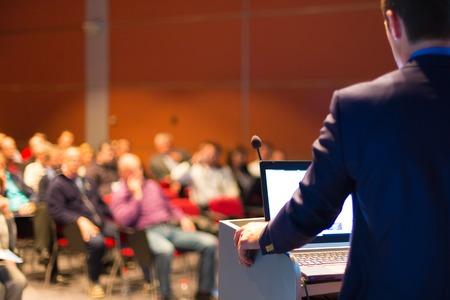 ビジネス会議、プレゼンテーション会議ホールには聴衆に直面しているスピーカー。