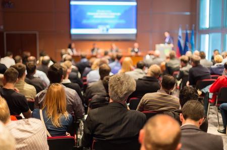 akademický: Business Conference a prezentace se publikum na konferenčním sále.
