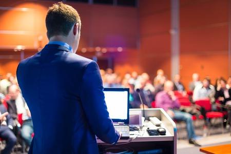 Spreker op Business Conference en Presentatie. Publiek bij de conferentiezaal. Stockfoto