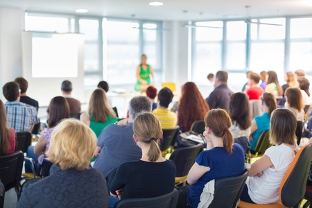 Redner bei Kongress-und Business-Präsentation. Publikum im Konferenzsaal.