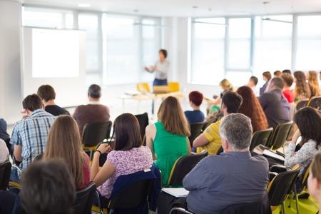 ビジネス会議でのプレゼンテーションのスピーカー。会議ホールで聴衆。