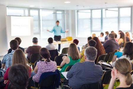 Spreker bij Business conventie en presentatie. Publiek bij de conferentiezaal.