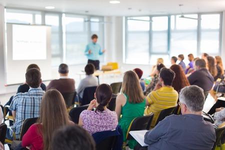 speaker: Ponente en convenciones de negocios y presentaci�n. Audiencia en la sala de conferencias.