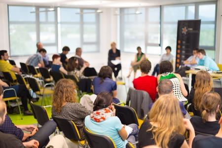 Rondetafelgesprek bij Business conventie en presentatie. Publiek bij de conferentiezaal.