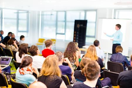 Spreker bij Business conventie en Presentatie met Publiek bij de conferentiezaal.
