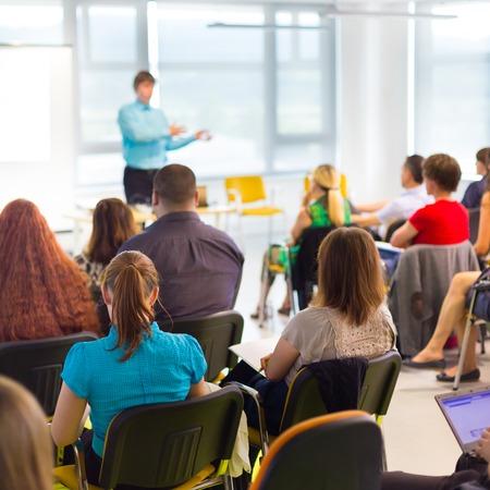 Talare vid affärs workshop och presentation. Publik på konferensrummet.
