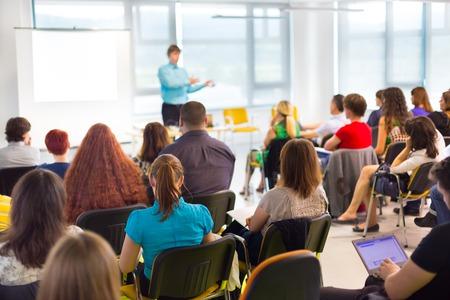 Spreker op zakelijke workshop en presentatie. Publiek bij de vergaderzaal.