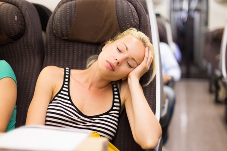 asiento: Rubia dama caucásico siestas durante el viaje en tren Foto de archivo