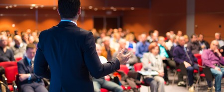 conferencia de negocios: Ponente en conferencias de negocios y presentaci�n del P�blico en la sala de conferencias