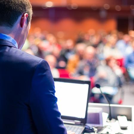 gerente: Ponente en conferencias de negocios y presentaci�n del P�blico en la sala de conferencias