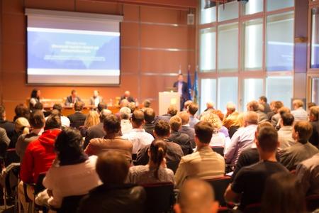 the speaker: Conferencia de Negocios y Presentaci�n del P�blico en la sala de conferencias Foto de archivo
