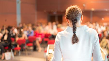 강당에서 회의 관객 강연을하는 여성 학자 교수 스톡 콘텐츠