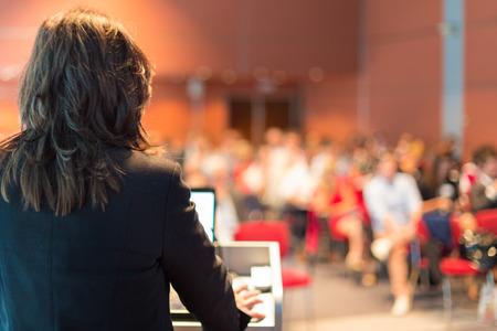Zakenvrouw lezingen op conferentie Publiek bij de collegezaal
