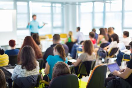 教育: 揚聲器在商務研討會和演示觀眾在會議室 版權商用圖片