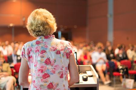 profesor: Mujer profesor académico en conferencias en la Audiencia Conferencia en la sala de conferencias