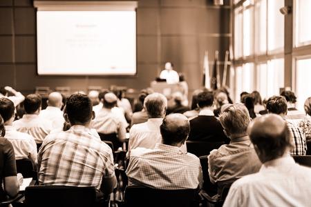 労働組合の諮問委員会会議ホールには聴衆の会議