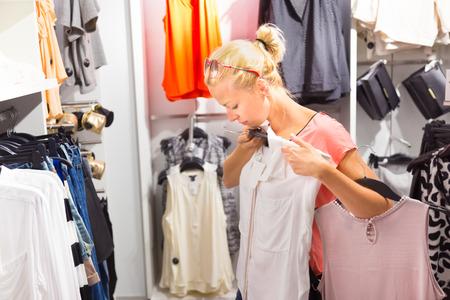 tienda de ropa: Shopper mira la ropa interior en la tienda