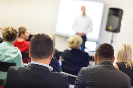 utbildning: Talare vid affärs verkstad och presentation. Publik vid konferensrummet. Stockfoto