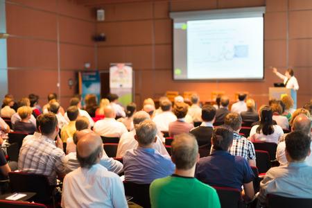 conferencia de negocios: Conferencia de negocios y presentaci�n con p�blico en el sal�n de conferencias.