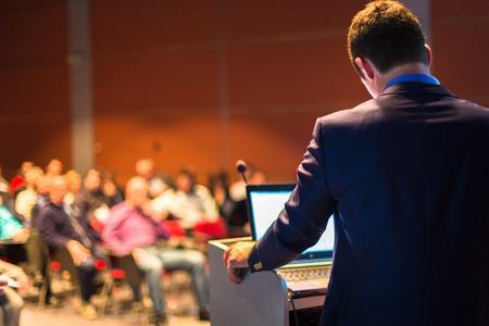 Spreker op Business Conference en presentatie. Publiek bij de conferentiezaal.