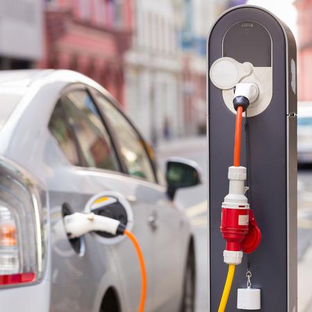 energia electrica: Fuente de alimentaci�n para la carga del coche el�ctrico. Foto de archivo