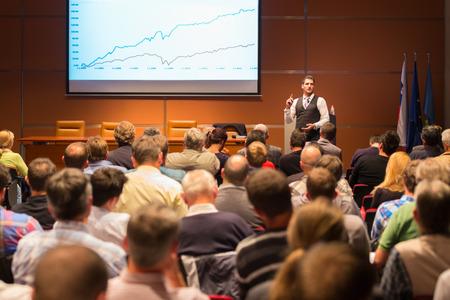 비즈니스 회의 및 프리젠 테이션에서 스피커입니다. 컨퍼런스 홀에서 대상. 비즈니스 및 기업가 정신.